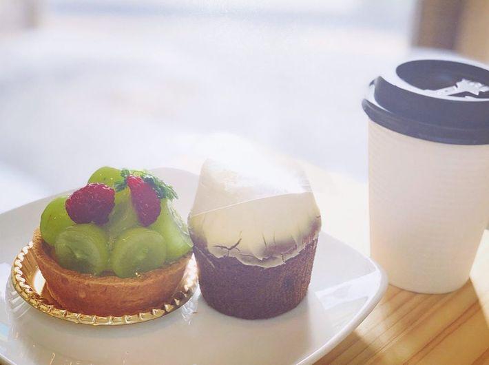 シャインマスカットのタルト(左)、やキャロットケーキ(右)などのお菓子も美味しそう!