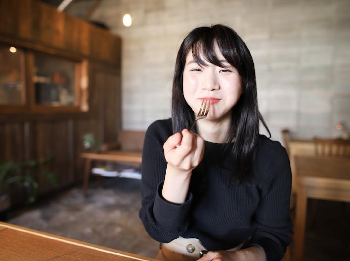 濃厚なお味の焦がしチーズケーキを一口、natsumiちゃんこのお顔……。