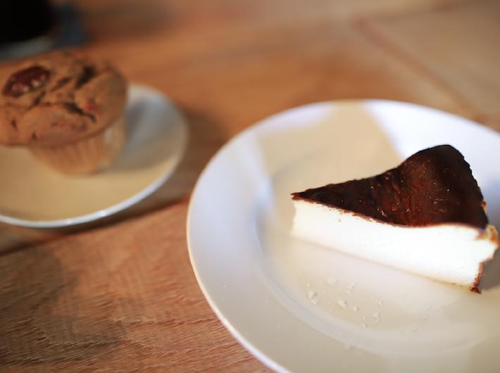 左 コーヒーとバナナのマフィン 420円 右 焦がしチーズケーキ 600円