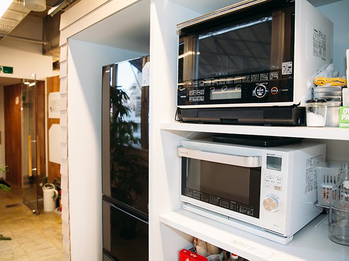 冷蔵庫やオーブンレンジ(一番上は入居者の私物です)