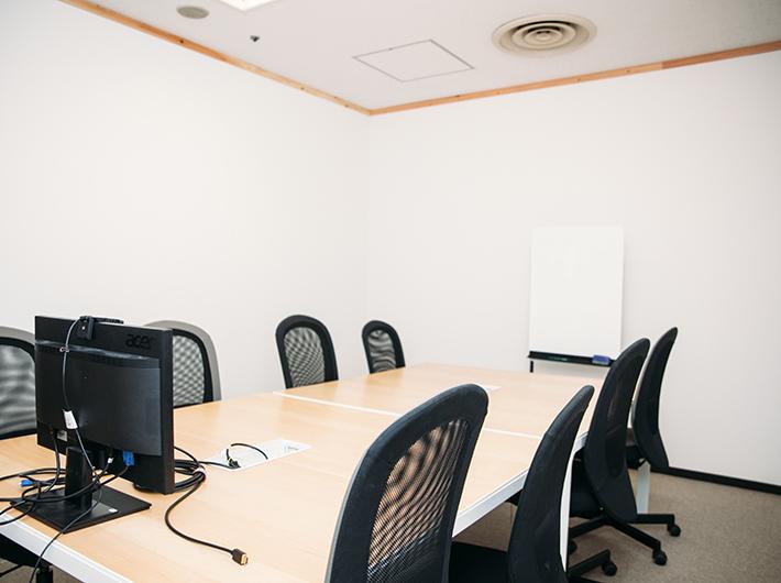 こちらは小会議室で、小型のホワイトボードもあります