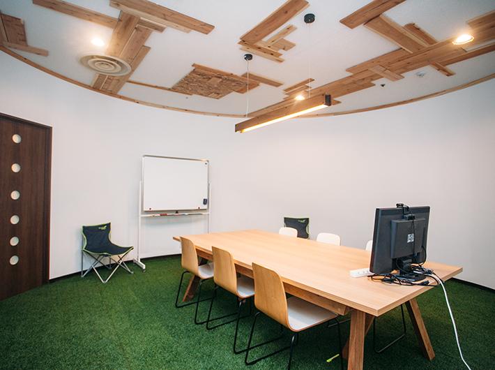 アウトドア風な雰囲気がある珍しい会議室