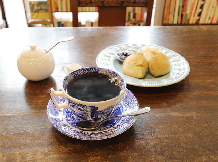 コーヒーは中煎りのガーデンブレンド(¥400)と深煎りのスペースブレンド(¥450)があります。 お供に豆乳スコーン(¥450)を!