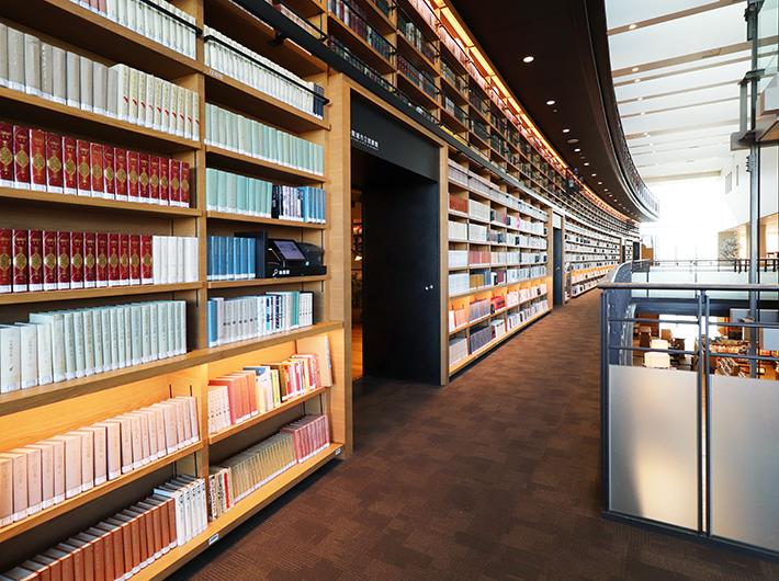 2階にある、カーブが特徴的な書棚。