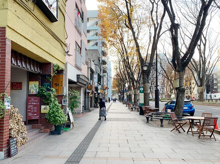 歩道では商店主が枯葉を掃除していて、商店街の人々同士で声をかけ合う姿も見られた