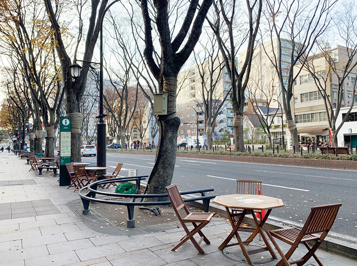 取材した日も、定禅寺通のお店でテイクアウトした飲食物を野外で楽しむことができるテーブル設置の社会実験中で、甘座のお菓子も外で食べることができた
