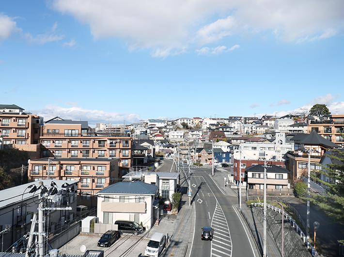 瞑想の松橋から見た旭ヶ丘の街並み
