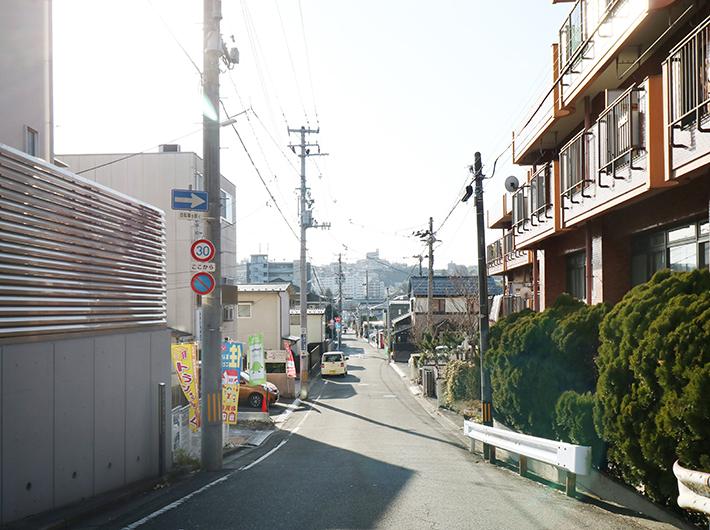 住宅街〜〜という感じ。 アパートばかりではなく、ファミリーの一戸建ても。
