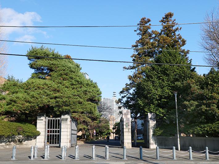 片平キャンパス正門