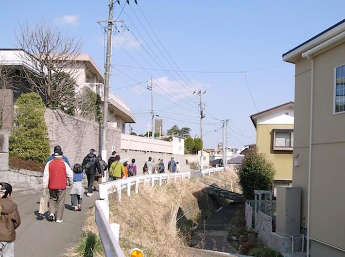 四ツ谷用水をたどるまち歩きツアーのようす(渡邊真子さん提供)