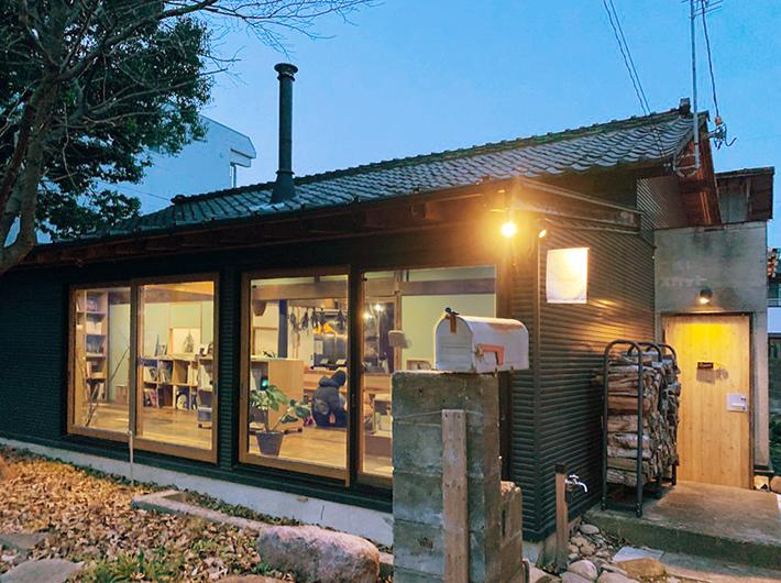 昨年オープンしたばかりの書店「曲線」など、伝統ある八幡町には新たに魅力的なお店も続々登場している