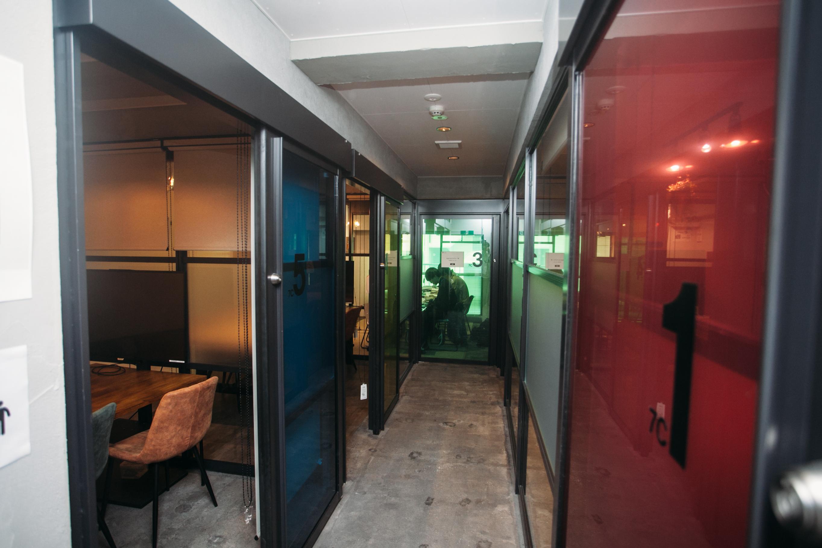7階の小会議室は部屋ごとにガラスの色が違っていて、非日常的な空間に