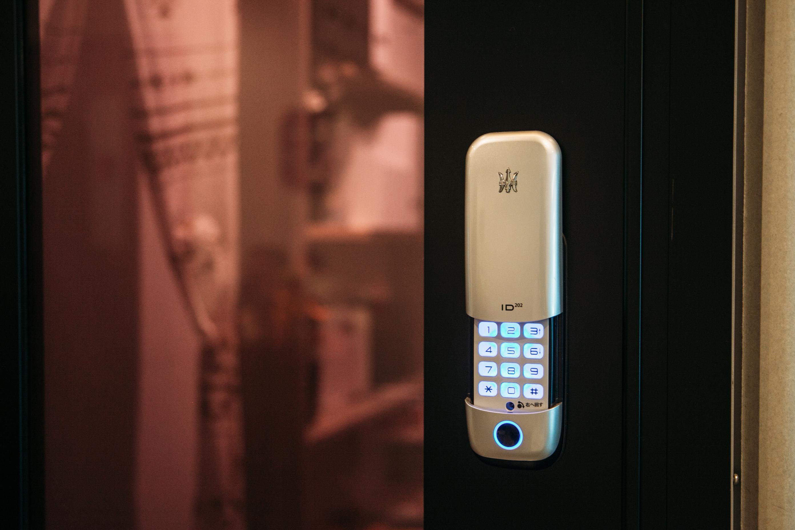 個室には電子錠が設置されています