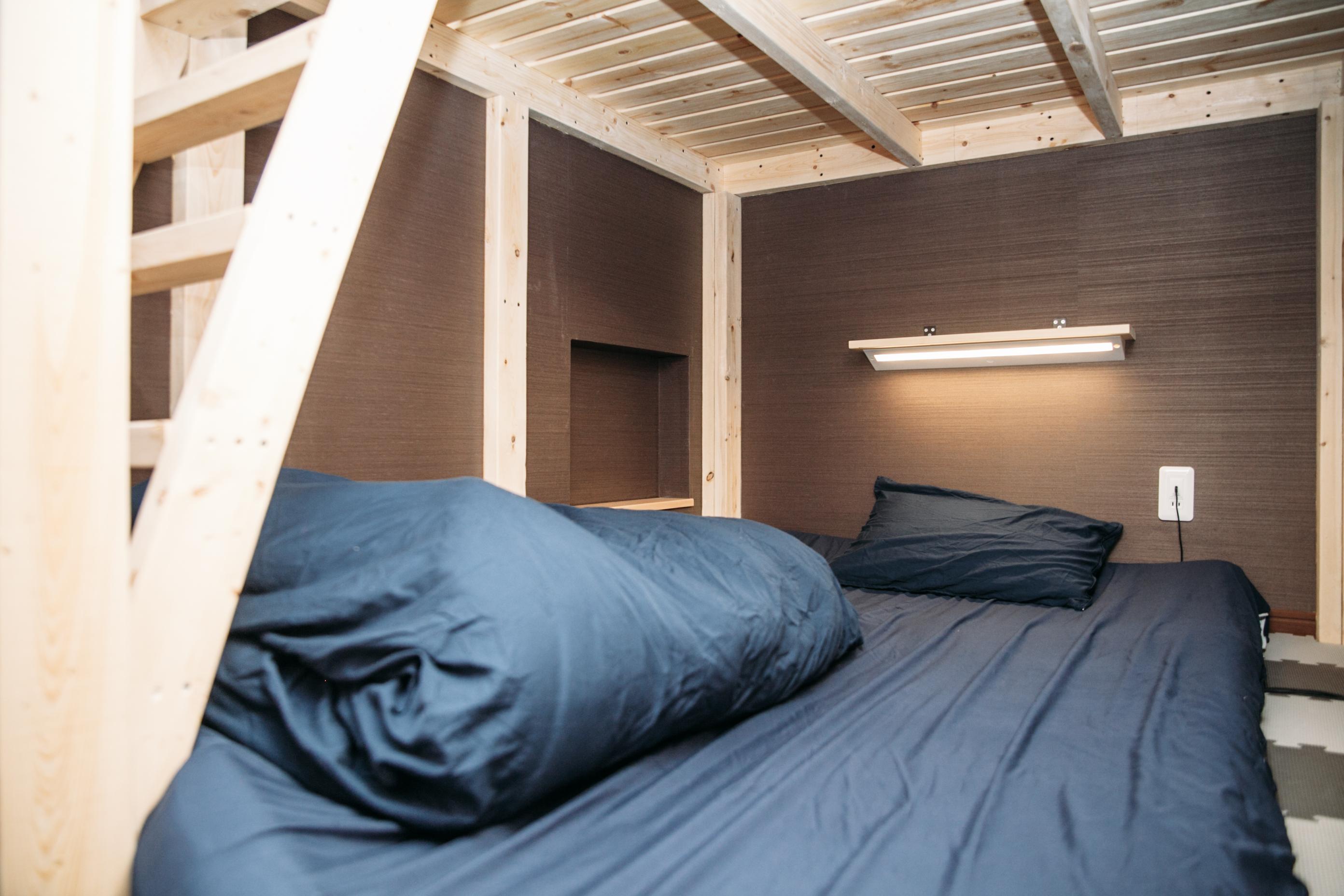 枕元にはライトや電源もあります