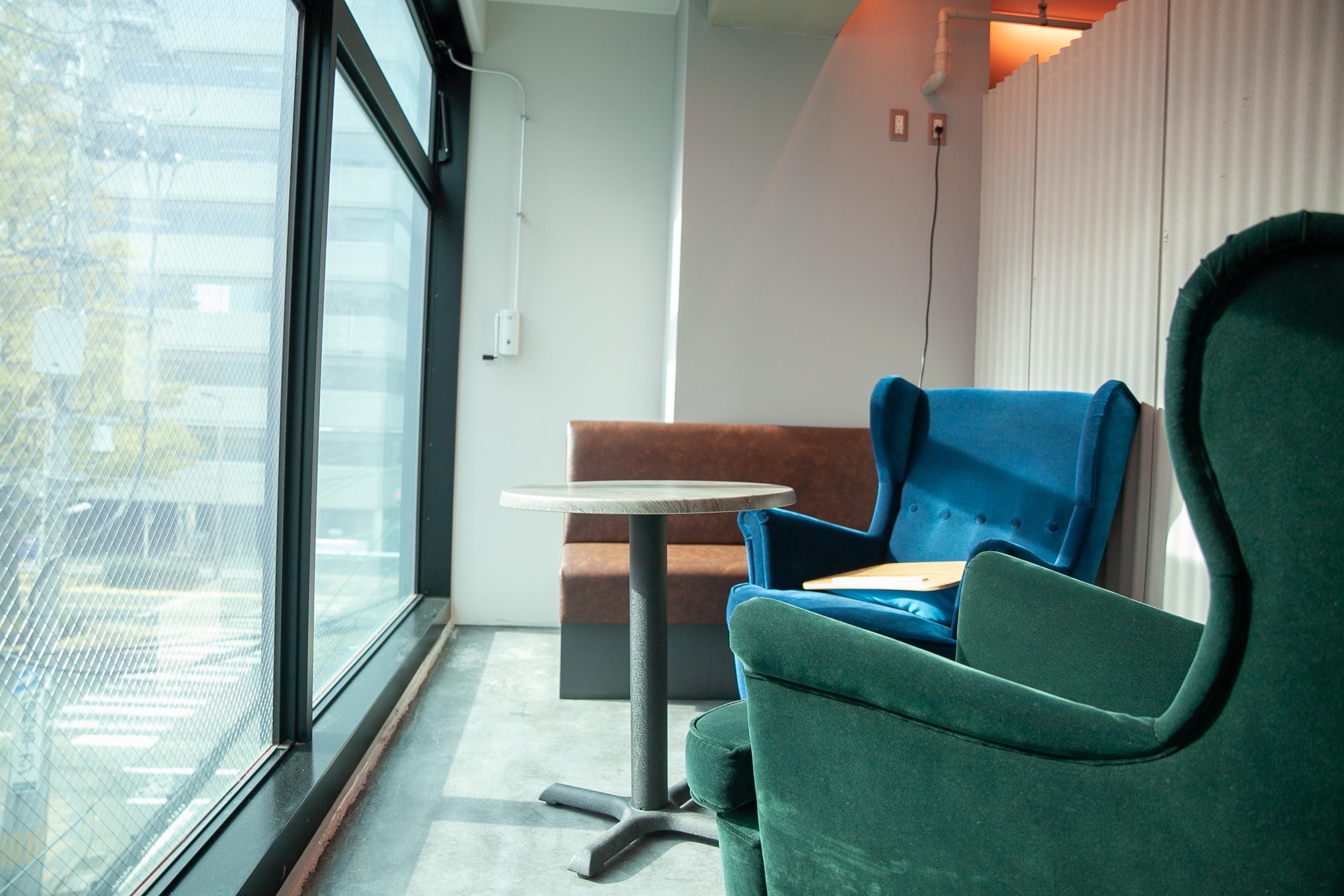 窓際にあるソファーは日当たりが良くて気持ちが良いです