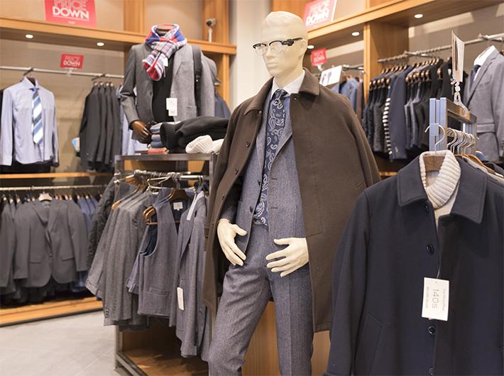 メンズコーナーではスーツやネクタイなどのビジネスファッションも