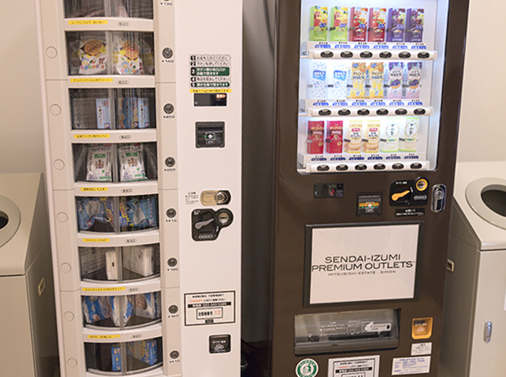 (左)物販自動販売機、(右)紙パック飲料自動販売機