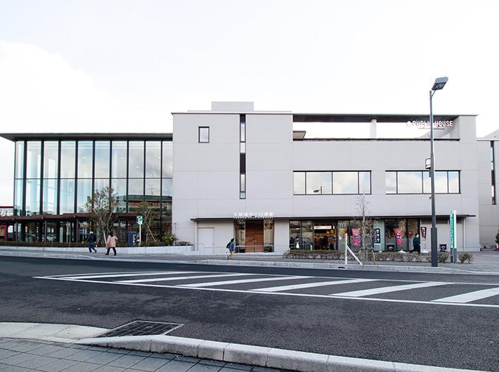 駅の隣にある多賀城市立図書館を横目に通学。