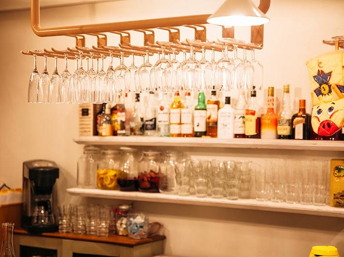 ワイングラスとカクテルが並ぶカウンター席。