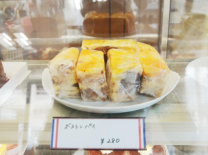 ケーキの切れ端を使って作られたボストンパイは、店一番の人気商品