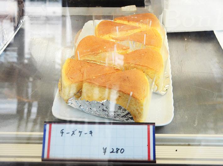 二種類のチーズを混ぜて味にコクを出す、看板商品のチーズケーキ