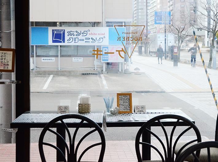 ケーキやコーヒー、紅茶を提供している店内のカフェスペース