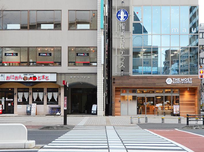 オフィスビルが建ち並ぶ宮城野通。大通り沿いには昔ながらの洋食店「おにおんとまと」や昨年開店したばかりのベーカリー「THE MOST BAKERY & COFFEE」も