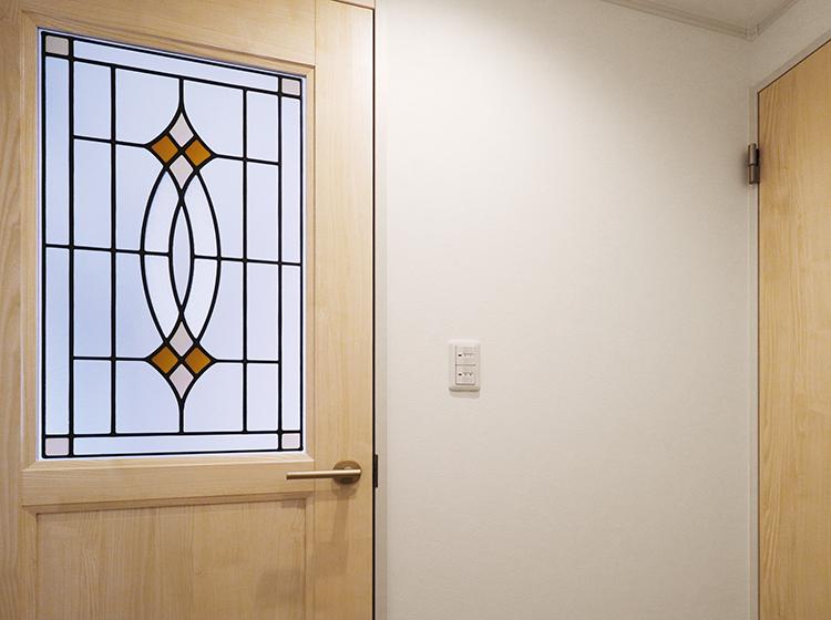 ステンドグラスの施されたドア。おしゃれな雑貨屋さんのよう