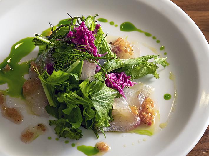 鮮魚と野菜をふんだんに使ったサラダ  盛り付けも美しい