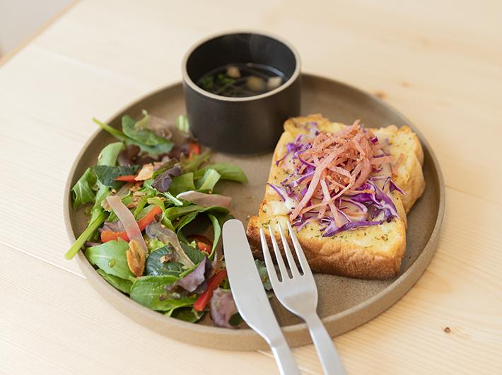 紫キャベツとハムのキッシュトースト
