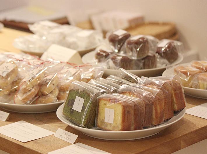 カウンターに並ぶ和の素材を使った焼き菓子の数々