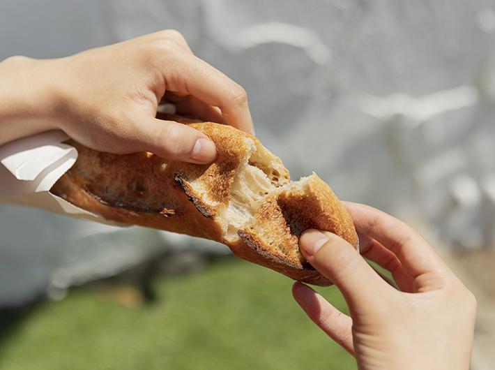 (表面部分が薄くカリッと。外側と内側の食感の違いがバゲットの魅力ですよね。しっかりした弾力の生地は噛みしめるごとに小麦の風味が広がります!)