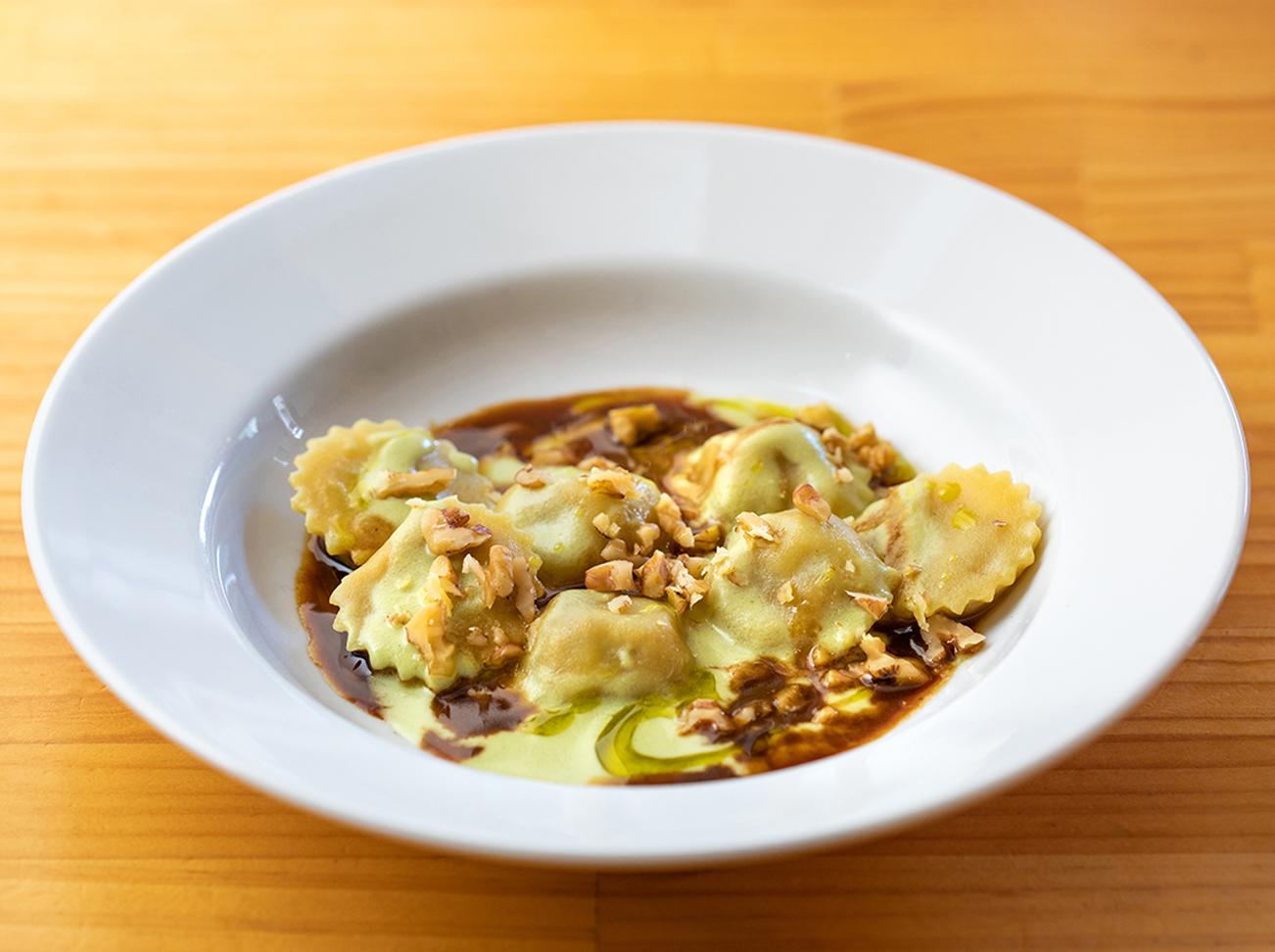 イタリア北部・エミリアロマーニャ州のパスタ料理「アノリーニ」。お肉の詰め物をした小さなパスタに蕪のソースがかけられている