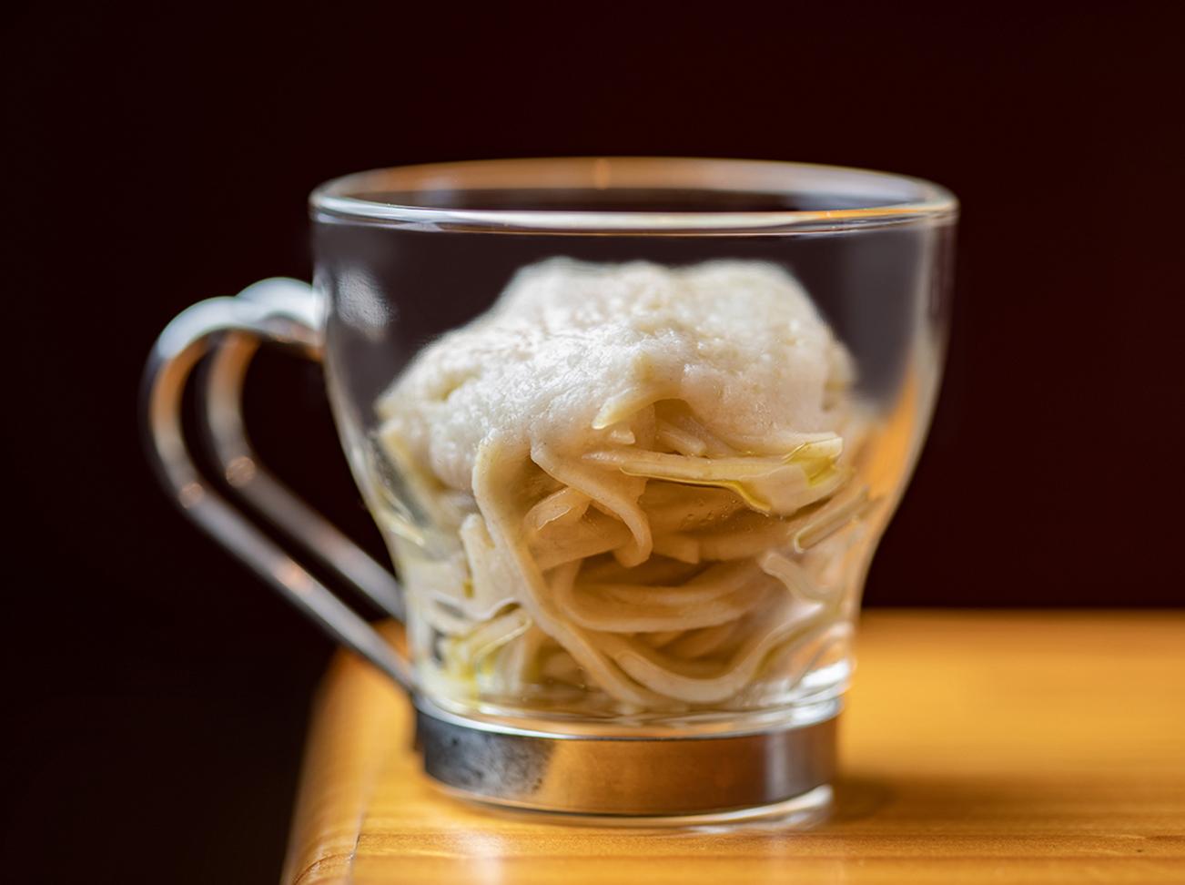 そば粉を使ったパスタには、トリュフオイルとすり下ろした山芋が。「日本でお馴染みのとろろそばをイタリアっぽくアレンジしました」と蛭田さん