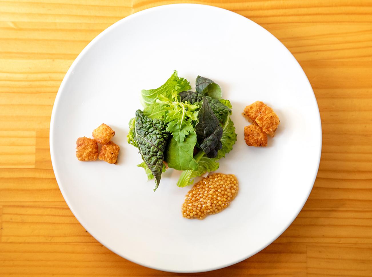 地元の農家で採れた野菜に隠れた「ポルケッタ」。ゴールデンマスタードと共に添えられているのは、ポルケッタの皮の部分。サクサクとした歯ざわりだ