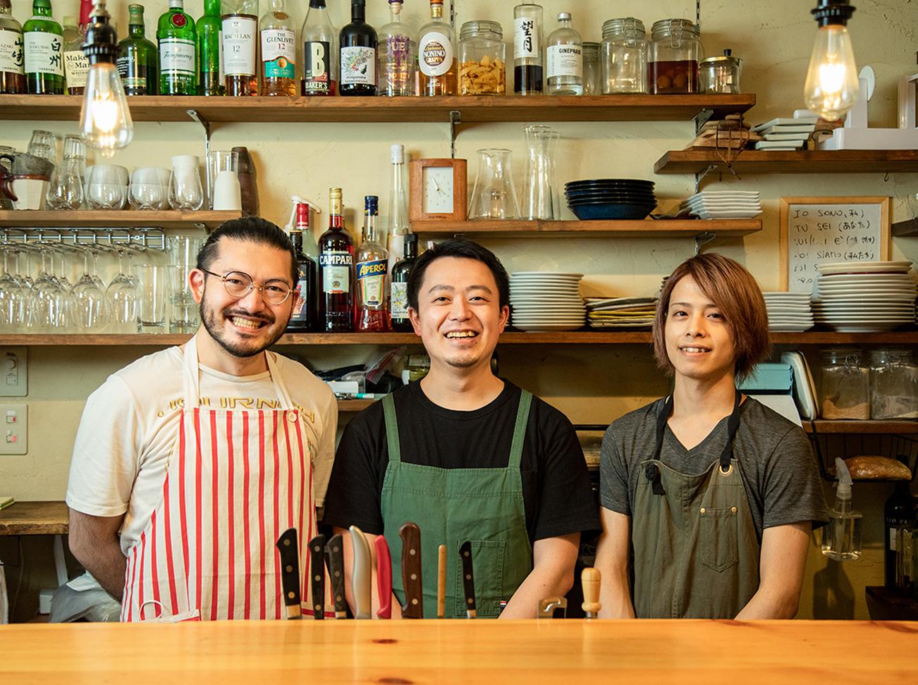 左から内藤さん、千葉さん、蛭田さん。「蛭田さんが自由な感覚で作ってくれる料理が僕にとっては刺激。内藤さんは絵が得意で、イベントのフライヤーのデザインなどをやってくれています」と千葉さん
