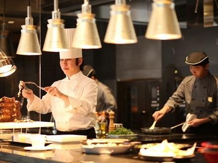 【1泊2食付】 カップル×夫婦旅で楽しむ1日 シェフズライブキッチン ブッフェディナー付き