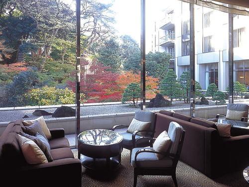 緑豊かな日本庭園を望むロビーラウンジ