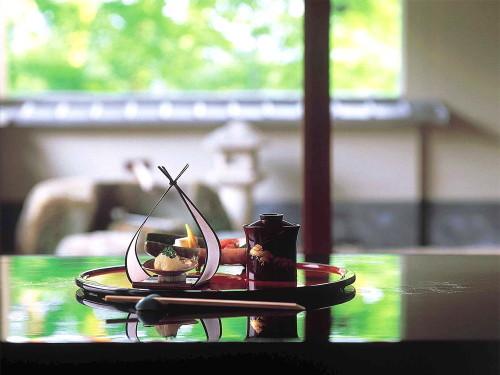 【お部屋食】お部屋でゆったり旬の味覚を堪能。料理長渾身の旬の加賀懐石コースプラン