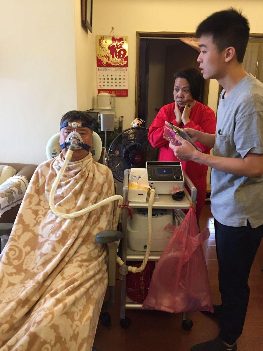 研發團隊成員發現全罩式的氧氣面罩,讓病友難以穿戴智慧眼鏡。