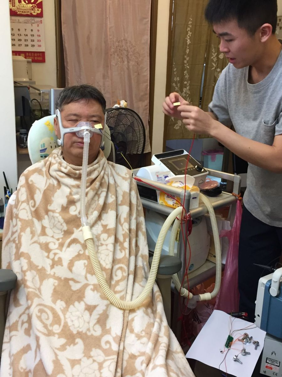 改以半罩式的呼吸面罩後,研發團隊進行智慧眼鏡的感應貼片測試。
