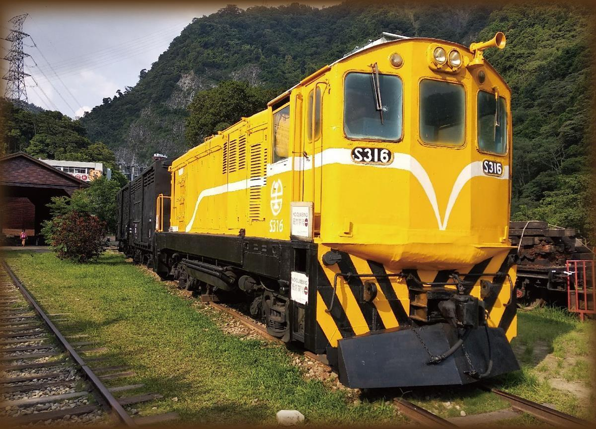 十餘輛國寶級古董列車,為全台唯一的戶外鐵道博物園,也是鐵道迷朝聖之地。