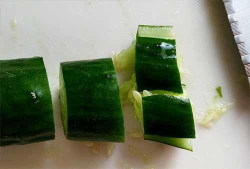 小黃瓜切段,再用刀面拍裂成小塊。