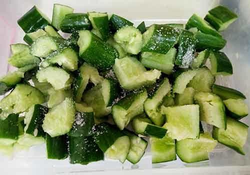 將小黃瓜放入容器中,加入糖拌勻後靜置一下。