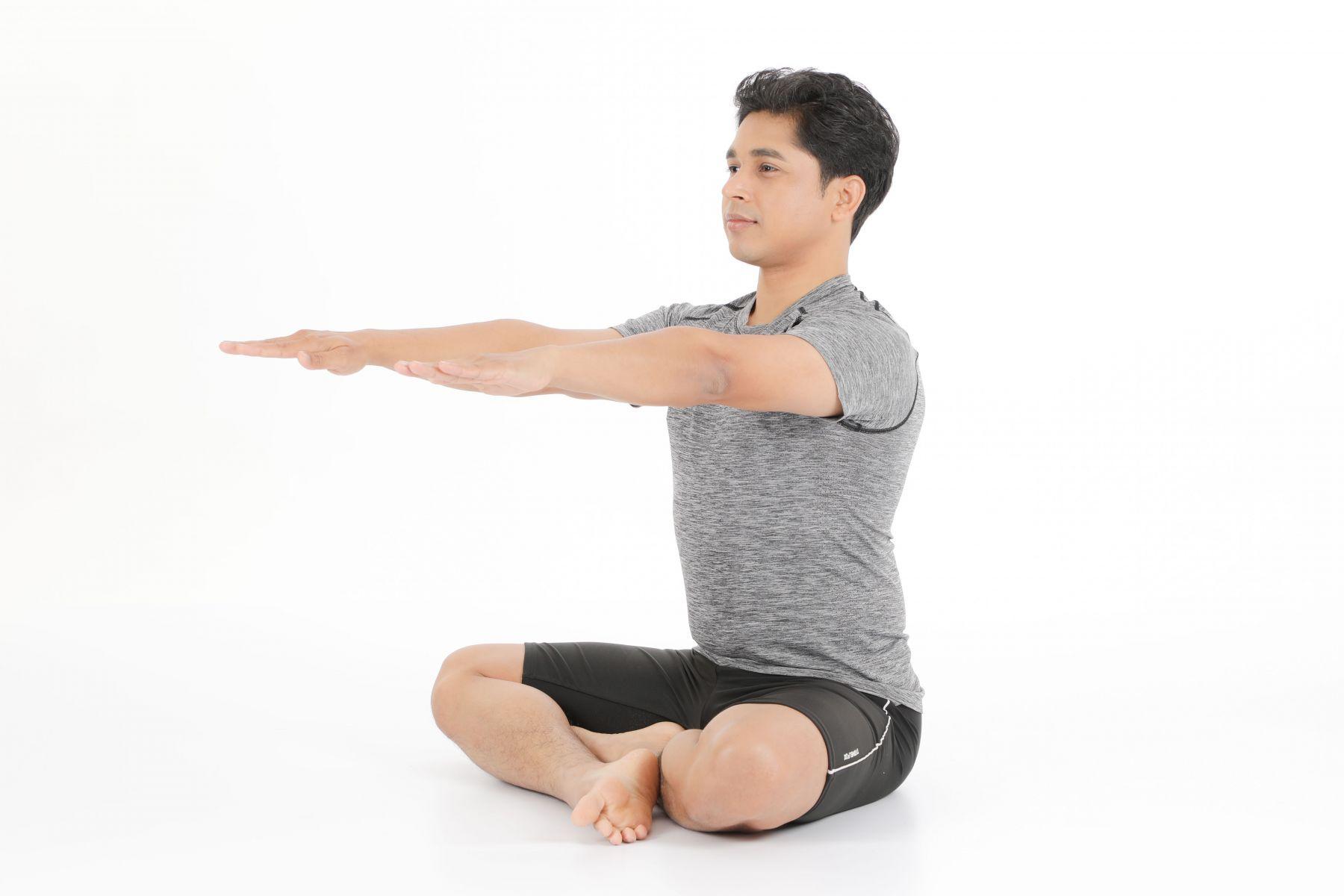 吸氣,雙手伸直抬高至肩膀高度。