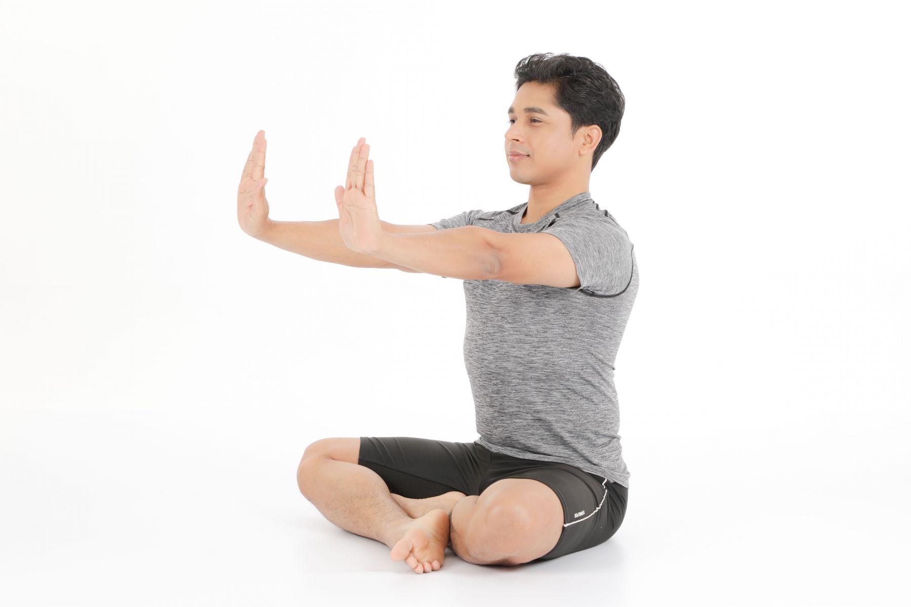 配合吸吐,自手腕關節儘可能以最大弧度向上豎起手掌,再朝下彎曲,交互動作。