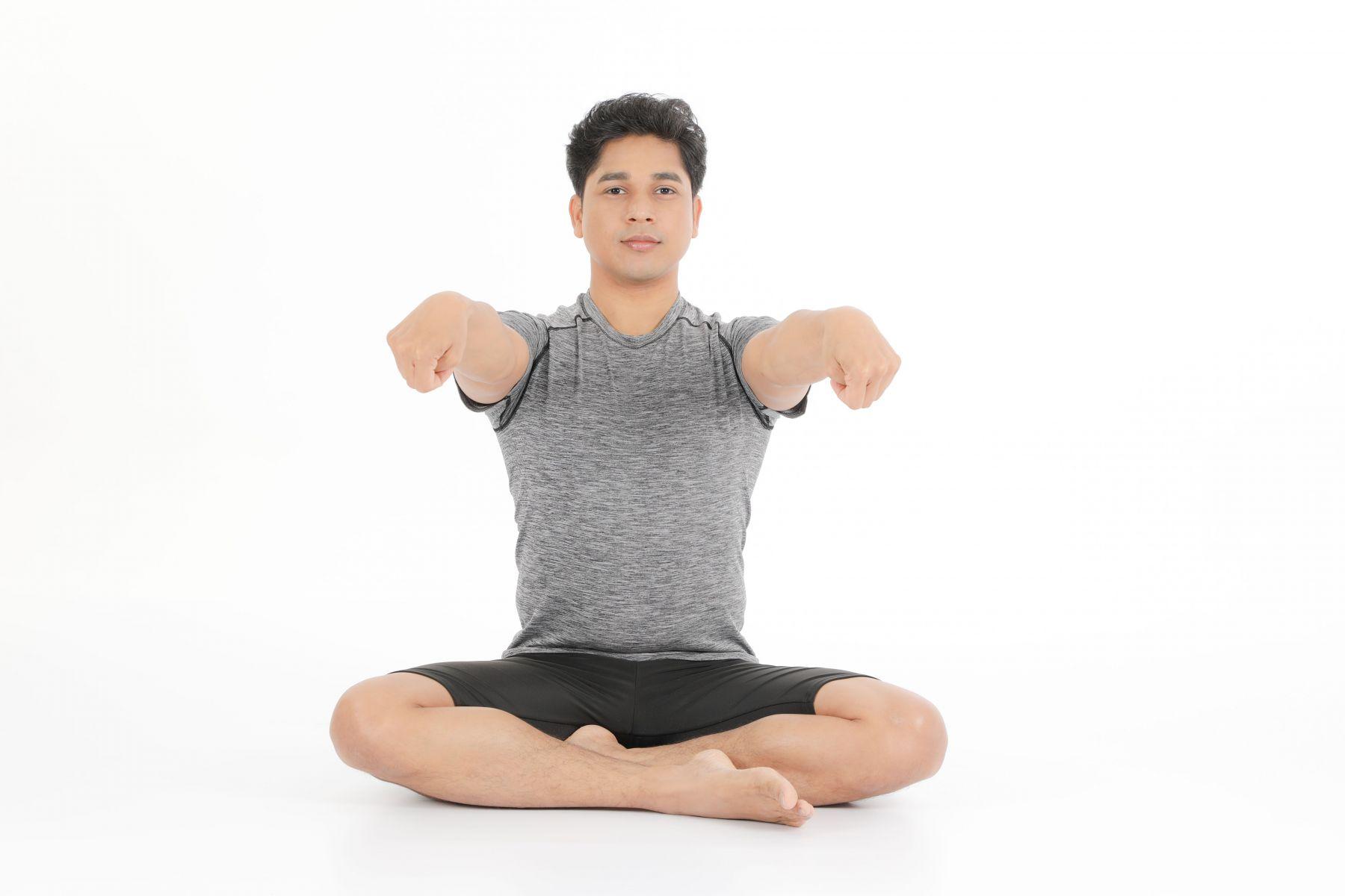 自然呼吸,雙手順時針方向轉動手腕,再以逆時針方向迴轉。