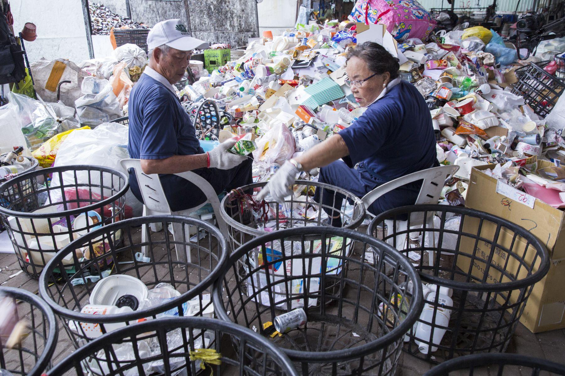 在花蓮慈濟醫院與回收站擔任志工的洪清海、林瓊雲夫婦已經簽署預立醫療決定,他們都不希望帶給孩子困擾,兩老每天仍然樂觀種菜或到醫院、環保回收站做志工。(黃子明攝)