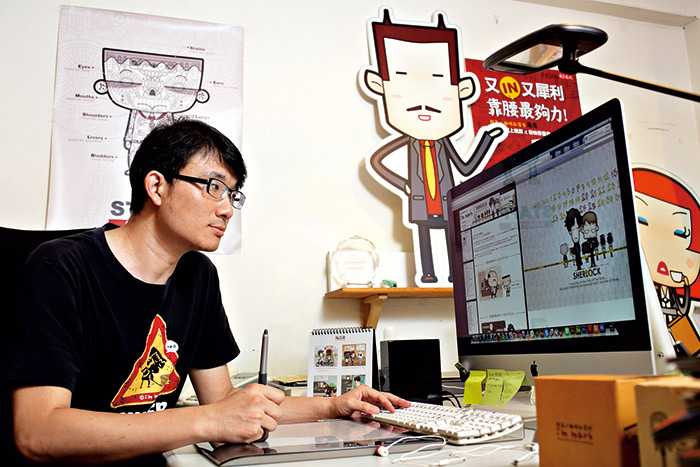 馬克的畫桌旁,圍繞著自己創作出的職場小人物,督促他努力「靠腰」。  攝影.陳俊銘