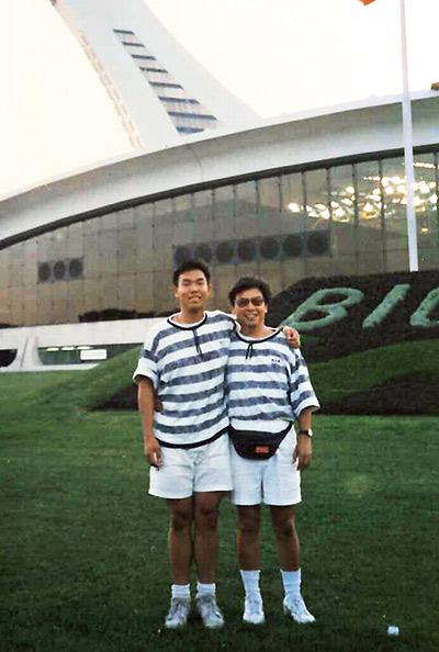 王安亞(左)15歲就出國當小留學生,他 的父親只要有機會到美國,就會把握與孩子相處的機會。